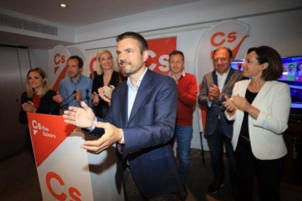 Marc Pérez Ribas y el equipo de Ciudadanos en la noche electoral.