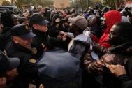 Disturbios en Lavapiés tras la muerte del mantero senegalés Mame Mbaye.