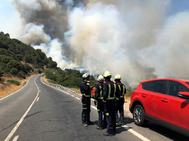 Efectivos de bomberos en el incendio de Cadalso de los Vidrios.