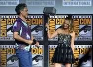El director Taika Waititi entrega el Mjolnir a Natalie Portman, la nueva Thor.
