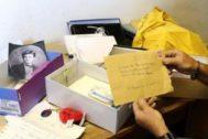 Bernard Colin guarda las cartas para el poeta en cajas de zapatos.