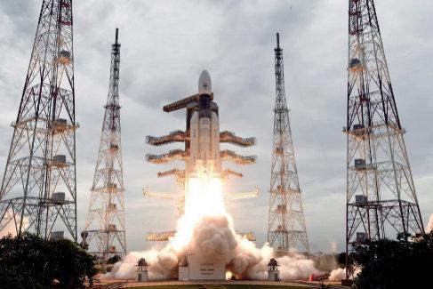 El cohete Chandrayaan-2  en la plataforma de despegue en Tamil Nadu, India