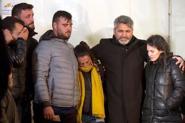 José Roselló y Vicky García, padres de Julen, junto a J. J. Cortes, padre de la niña asesinada Mari Luz