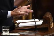 Pedro Sánchez gesticula en la tribuna del Congreso durante su intervención en el Pleno de investidura.
