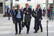 El presidente de la Generalitat, Ximo Puig, ayer, en el patio del Congreso con uno de sus asesores y el conseller Arcadi España.