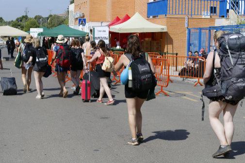 Los 'fibers' abandonan, este lunes, la ciudad de Benicàssim tras finalizar el festival.