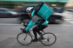 La Seguridad Social gana a Deliveroo: sus repartidores son plantilla, no autónomos
