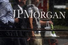 Varias personas pasan delante de la sede de JP Morgan en Nueva York.