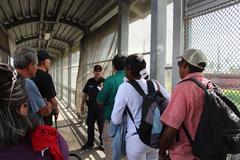 Autoridades de migración de México ponen a disposición de sus contrapartes estadounidenses a un grupo de migrantes, en Matamoros (México).