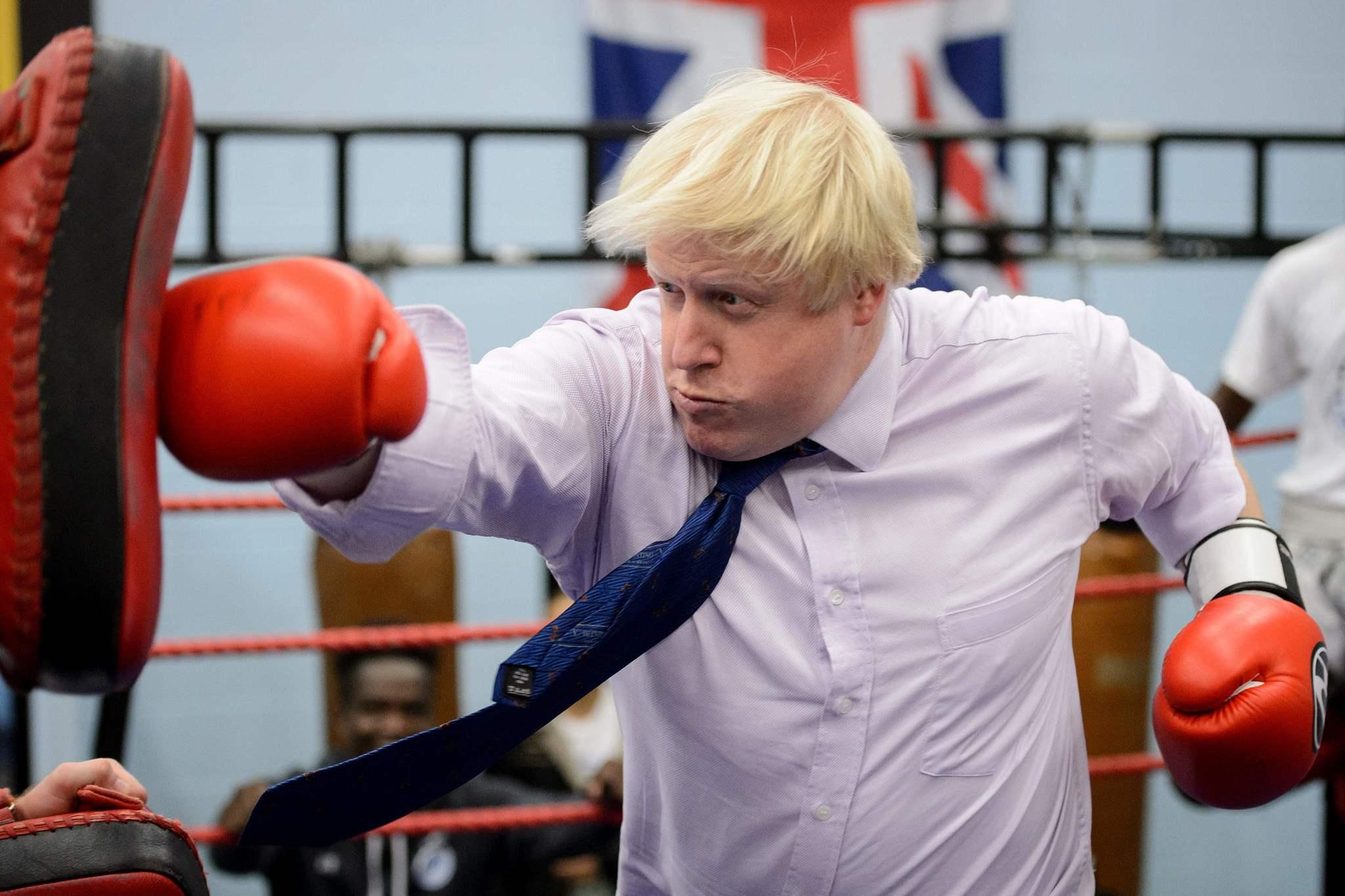 Boris Johnson, durante su etapa como alcalde de Londres, practicando boxeo durante una visita a la Academia Lucha por la Paz, en 2014.