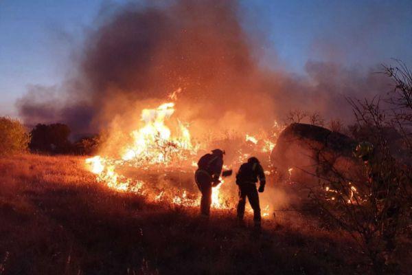 Un retén de brigadistas forestales trabajando en el incendio de Cenicientos.