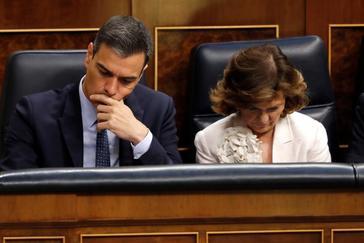 Pedro Sánchez y Carmen Calvo, en la segunda sesión del pleno de investidura en el Congreso.