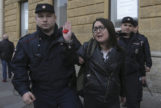 Dos policías detienen a Elena Grigorieva, durante una concentración por los derechos LGTBI que tuvo lugar el 17 de abril en San Petersburgo, Rusia.