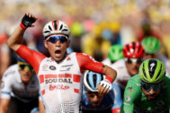 Nimes (France).- Australia's <HIT>Caleb</HIT> <HIT>Ewan</HIT> (L) of Lotto Soudal team celebrates winning the 16th stage of the 106th edition of the Tour de France cycling race over 177km around Nimes, France, 23 July 2019. Slovakia's Peter Sagan (R) of Bora Hansgrohe team finishes in fourth position. (Ciclismo, Francia, Eslovaquia) EPA/