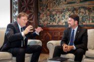 Ximo Puig conversa ayer en el Palau de la Generalitat con el alcalde de Alicante, Luis Barcala.