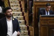 Gabriel Rufián pasa por delante de Pedro Sánchez en el Congreso