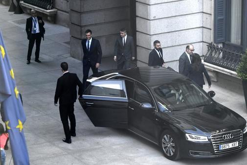 Pedro Sánchez abandona el Congreso junto a Iván Redondo