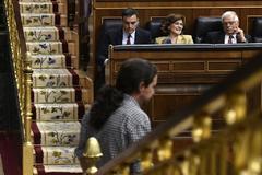 Pablo Iglesias baja de la tribuna ante la mirada de Pablo Iglesias