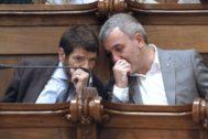 Batlle y el líder socialista Jaume Collboni conversan en el Pleno.