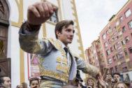 José Fernando Molina saliendo a hombros del coso de Cuatro Caminos, el pasado lunes, en Santander.