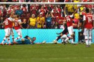 Gareth Bale remata ante Martínez para anotar el primer gol de Real Madrid.