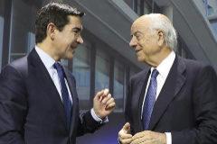 El actual presidente de BBVA, Carlos Torres (izqda.), junto a su antecesor, Francisco González, en una imagen de archivo.