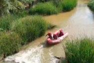 El Grupo Especial de Rescate busca al hombre en el río Henares.
