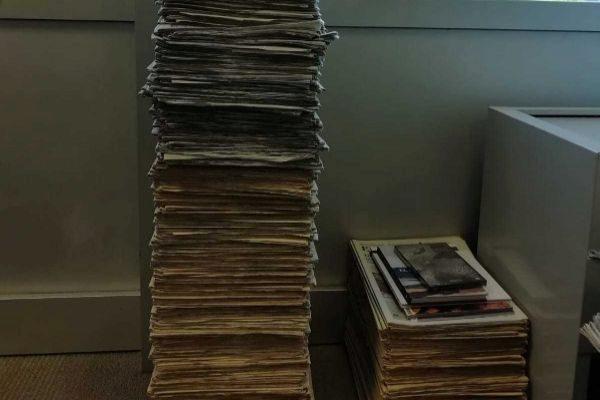 Montaña de periódicos en el despacho de Tomàs Bordoy.
