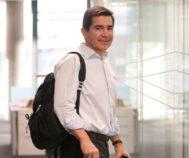 Carlos Torres va con mochila, no con portadocumentos