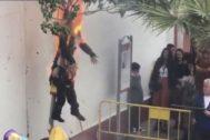 El muñeco de Carles Puigdemont arde en la fiesta de la Quema del Judas de Coripe (Sevilla), el 21 de abril de 2019.