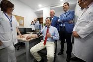 Juanma Moreno se toma la tensión este miércoles durante la inauguración de un nuevo Centro de Salud en Córdoba.