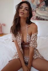 A la modelo Emily Ratajkowski le encanta el estampado de lunares....