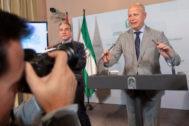 El consejero andaluz de Educación y Deporte, Javier Imbroda (d), y el de Presidencia, Elías Bendodo, tras la reunión que el Consejo de Gobierno de la Junta el pasado mes de abril.