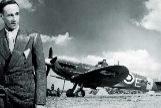 Leslie Howard junto a un avión Spitfire, en 1942.