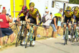 Tony Martin embiste a Luke Rowe (dcha) con su bicicleta.
