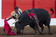 El Fandi se enrosca a 'Pescadilla' de rodillas ayer en Santander.