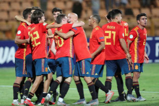 GRAF8557. EREVÁN (ARMENIA).- Los jugadores de la selección española sub-19 celebran la victoria ante <HIT>Francia</HIT> tras el partido entre ambas selecciones, correspondiente a la semifinal del Europeo sub-19 que se ha disputado este miércoles en el Estadio Republicano Vazgen Sargsyan, en Ereván (Armenia).