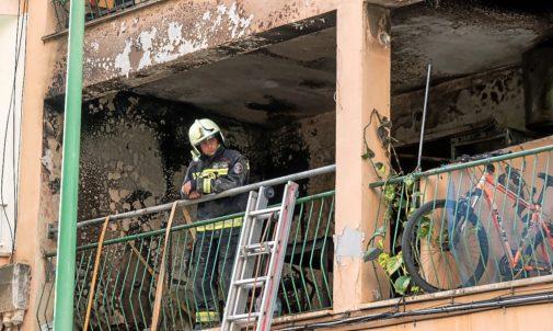 Un bombero en el piso calcinado de la calle del Arenal de Llucmajor donde se declaró el incendió que provocó numerosos heridos.