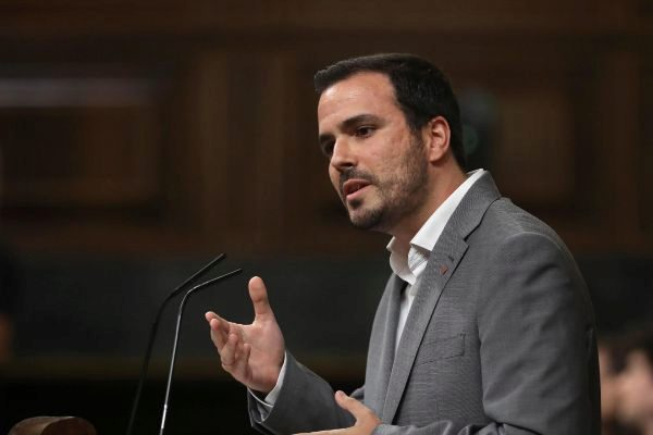 El líder de IU, Alberto Garzón, en la tribuna de oradores del...