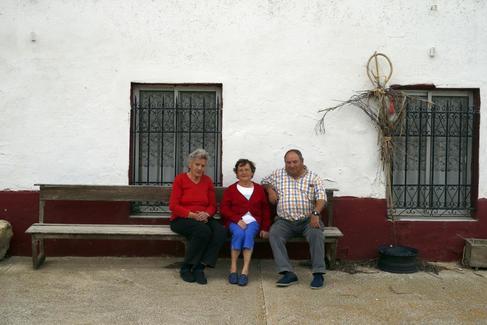 De izquierda a derecha, Teófila, Carmen y Jesús, en Arconada (Palencia).