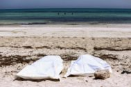 Inmigrantes muertos en las playas de Djerba, en un naufragio reciente.