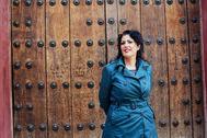 Eva Díaz Pérez, en la entrada de la Casa de Murillo, en el barrio de Santa Cruz en Sevilla.