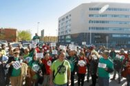 Representantes de 'Stop Desahucios' ante la Ciudad de la Justicia de Elche en una imagen de archivo.