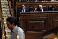 Pedro Sánchez observa a Pablo Iglesias subir a la tribuna