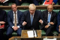 Boris Johnson interviene por primera vez en Westminster como primer ministro británico, flanqueado por Dominic Raab y Sajid Javid, en Londres.