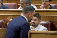 Gabriel Rufián mira a Santiago Abascal cuando pasa ante él