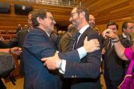 El presidente de la junta de Castilla y León, Alfonso Fernández Mañueco, junto al nuevo senador, Javier Maroto.