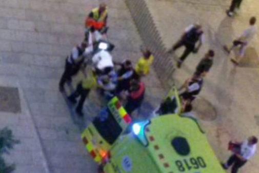 Emergencias traslada al apuñalado a una ambulancai en el Raval, en...