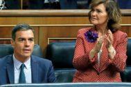 La vicepresidenta Carmen Calvo aplaude durante el debate de investidura.