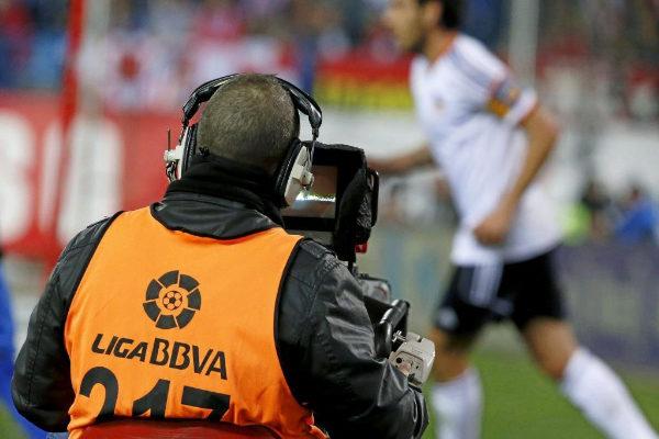 Un cámara de la Liga en un Atlético de Madrid-Valencia.